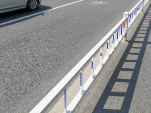 马路边白色防护栅栏