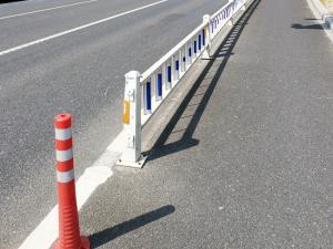 马路上的红色条纹防撞杆