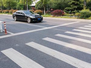 过十字路口的黑色宝马523li轿车