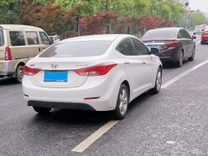 白色现代悦动轿车(2张)