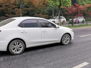 白色荣威360 PLUS轿车
