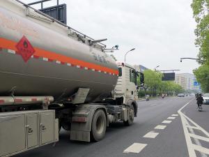 运送汽油的危险品运输车