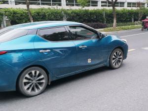 蓝色日产蓝鸟轿车