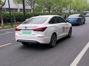 做网约车的白色长安逸动新能源车