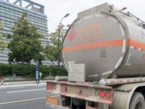 一辆汽油运输车开往中国石油加油站
