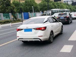 白色日产轩逸(Sylphy)轿车