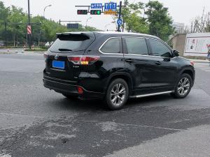 在路口转弯的黑色丰田汉兰达