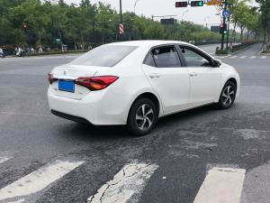 白色丰田levin雷凌轿车十字路口右转
