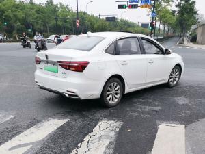 白色荣威Ei6新能源轿车