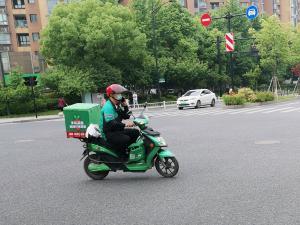 叮咚买车送菜车——骑手边骑车边打电话