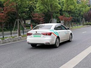 """用于""""享道出行""""的白色荣威Ei5网约车"""