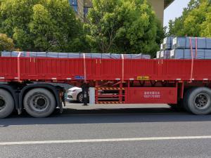 大型红色挂车