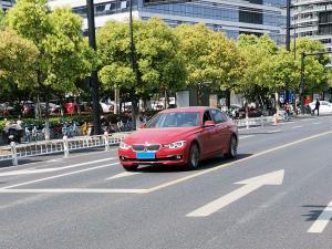 红色骚气的宝马320li轿车