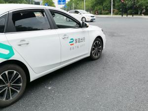 享道出行的白色荣威Ei5新能源汽车网约车
