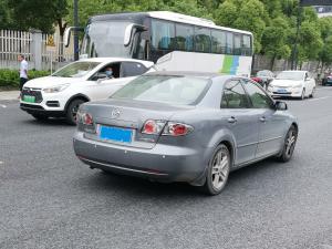 灰色马自达6轿车