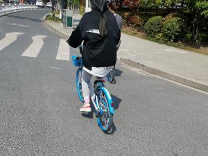 骑哈啰出行共享单车过绿灯
