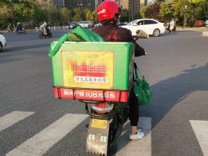 """""""万元高薪等你拿""""的叮咚买菜配送车"""