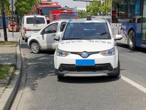 """印有""""平安彭埠""""的社区警务用车"""