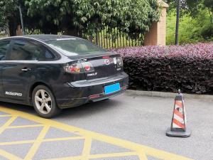 """车身贴""""MazdaSpeed""""的马自达3"""