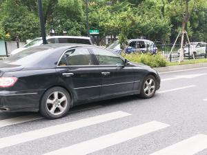 黑色丰田锐志轿车