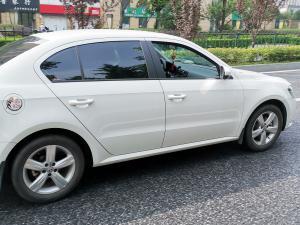 白色大众朗逸车身和车尾图片