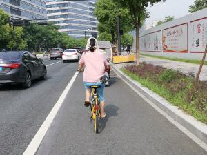 夏天戴着遮阳帽骑共享单车