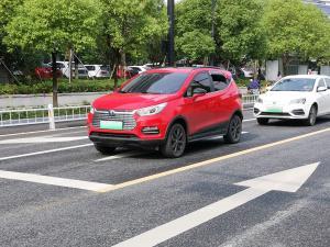 红色比亚迪元新能源轿车