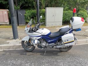 停在路边的交警骑的摩托车