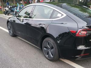 黑色特斯拉Model3