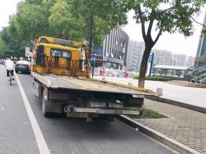 停在路边的道路救援车