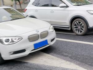 白色宝马116i两厢轿车