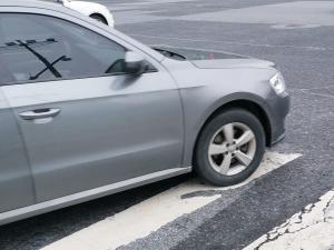 银灰色大众朗逸神车