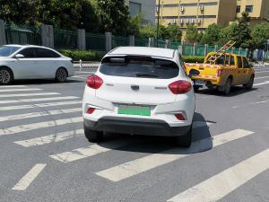 白色帝豪GSe新能源轿车