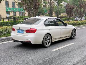 白色宝马320i轿车