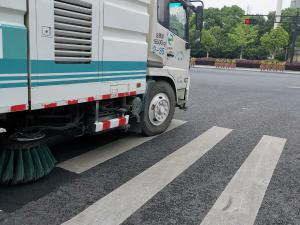 杭州扫地车通过斑马线