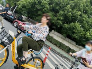 一边骑共享单车一边拿手机