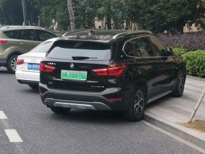 宝马X1新能源 停车横在人行道上