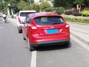 红色福克斯两厢车尾 压白色实线