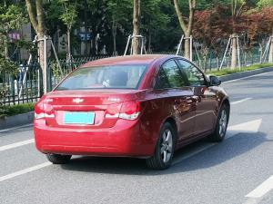 红色雪佛兰科鲁兹三厢车尾和车身
