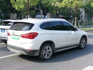 白色宝马x1新能源车尾大灯和车身