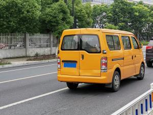 黄色封闭小货车