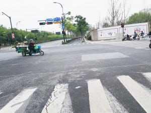十字路口红绿灯前的三轮车