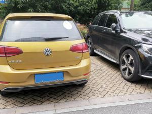 黄色大众GOLF停在停车位上 车尾特写
