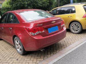 雪佛兰科鲁兹停车时的车尾和车身