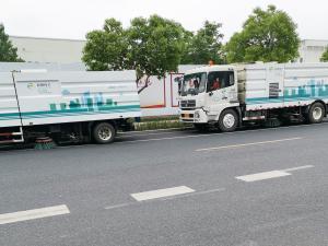 两辆杭州环卫的扫地车