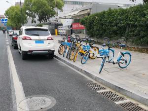 北汽威旺S50停在一堆共享单车边(2张)
