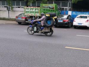 摩托车车尾挂3个轮胎