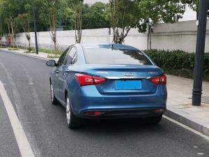 蓝色奇瑞艾瑞泽5车身和车尾大灯
