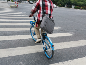 骑着共享单车过人行道