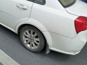白色别克凯越车窗玻璃和轮胎